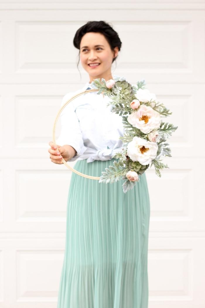 Come decorare le pareti della cucina, donna con capelli raccolti, anello di legno con fiori