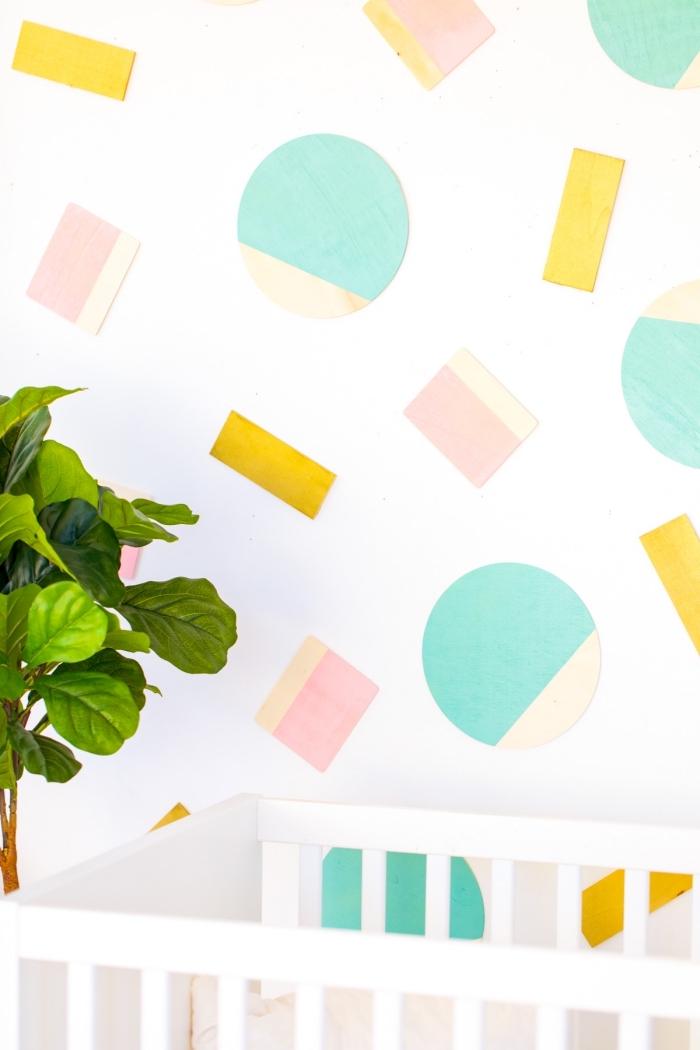 Stickers da muro, cameretta con lettino, figure geometriche di legno dipinte