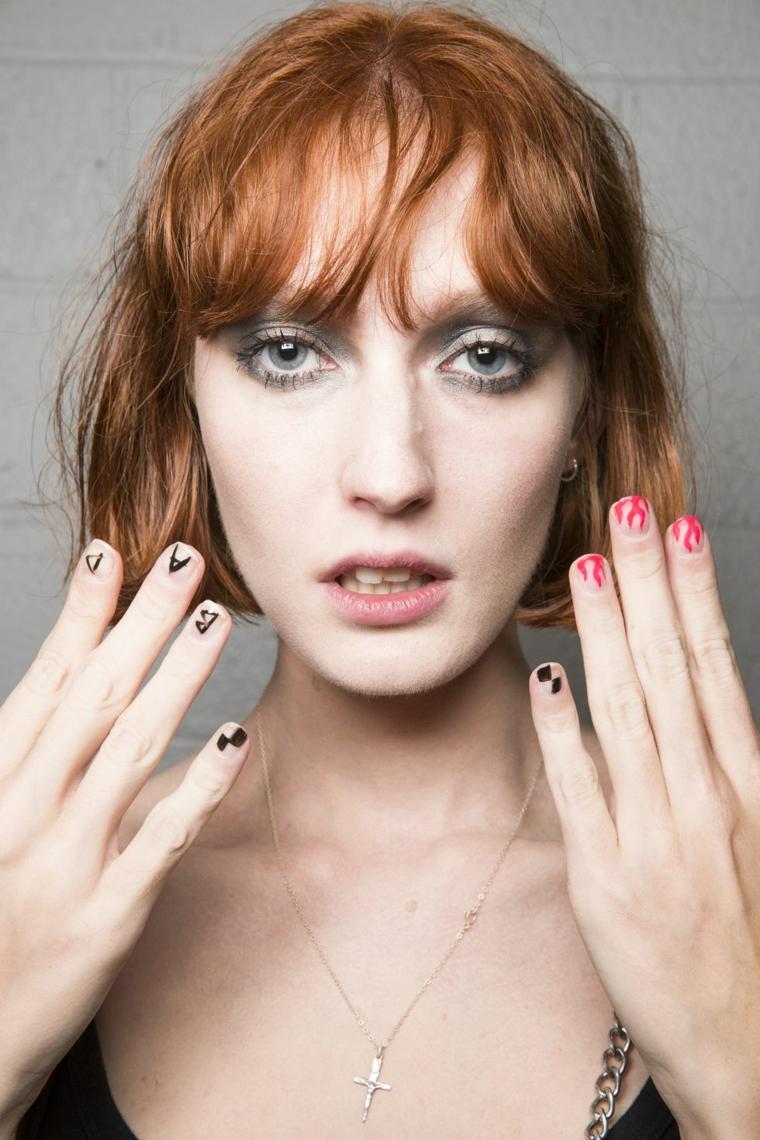 Unghie bellissime, capelli colore rosso, manicure con scritte