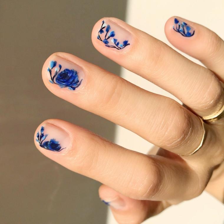 Smalto base colore chiaro, unghie gel particolati, disegni di fiori