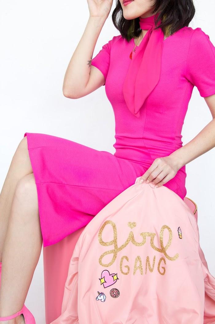 Giacca bomber rosa, scritta su giacca, regalini fai da te, donna seduta
