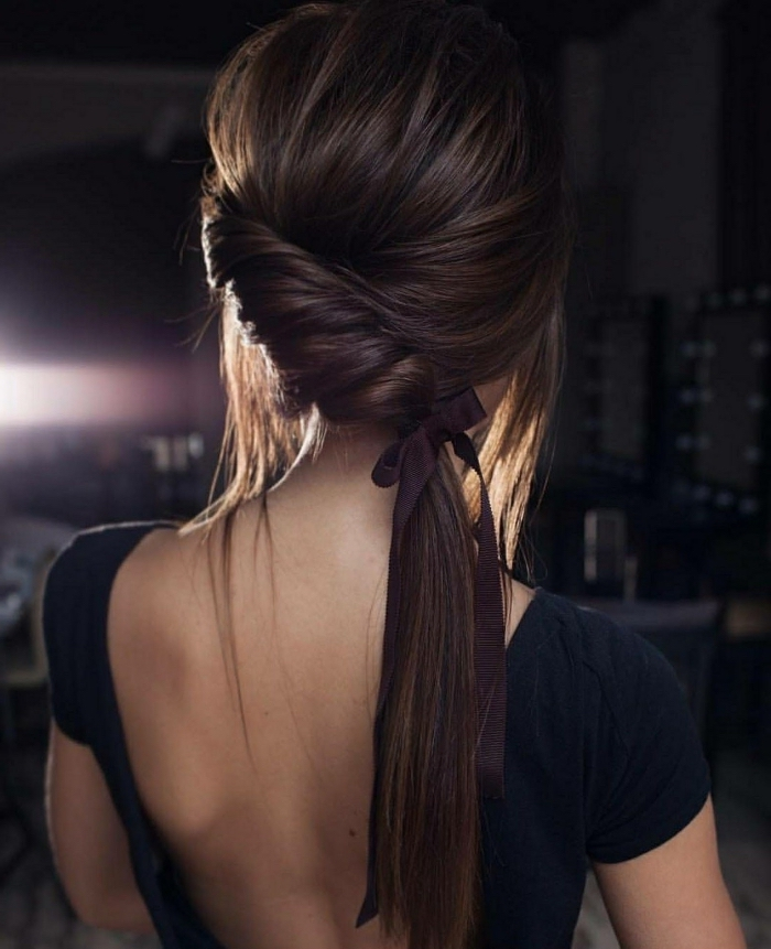 Pettinature con trecce, capelli di colore castano, coda legata con nastro