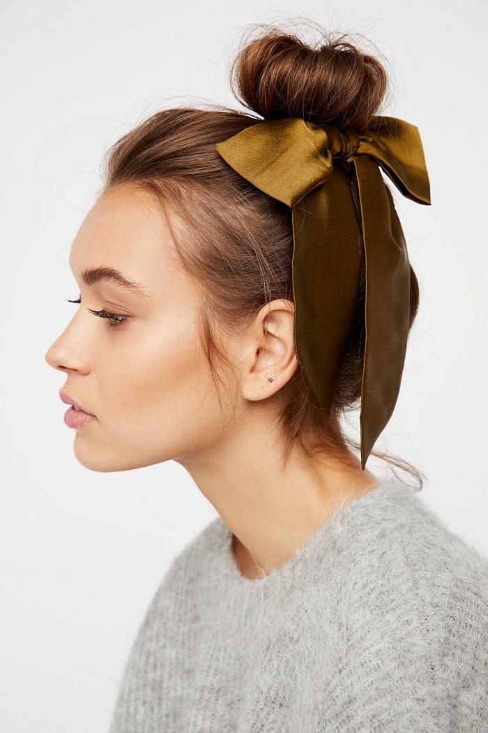 Pettinature capelli medi, capelli legati in alto, nastro di colore verde