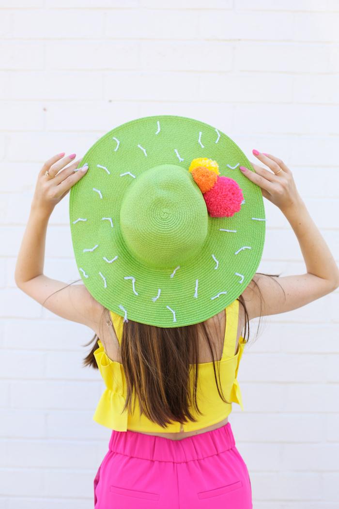 Cappello verde con pom pom, donna con top giallo, regalini fai da te