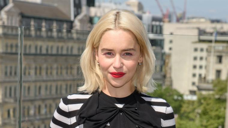 Come schiarire i capelli in modo naturale, donna con capelli biondi, rossetto rosso
