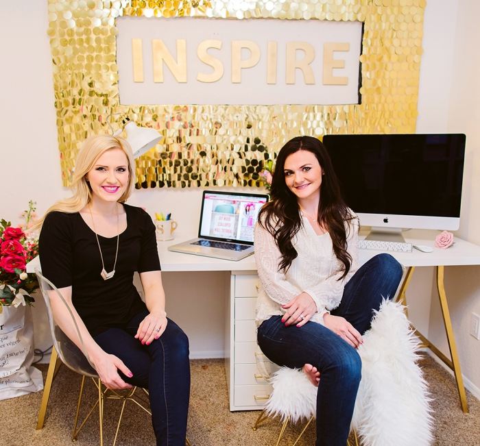 Pannello con scritta, stickers da muro, due donne, scrivania con computer