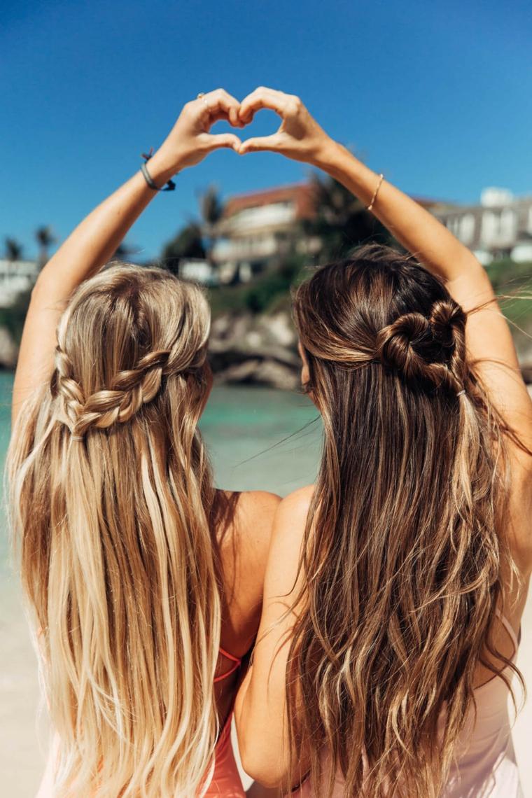 Schiarire i capelli, due ragazze al mare, capelli con trecce
