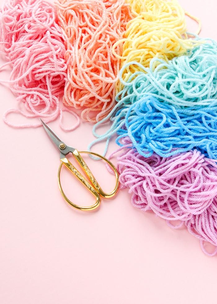 Filati di lana, forbici oro, idee regalo creative