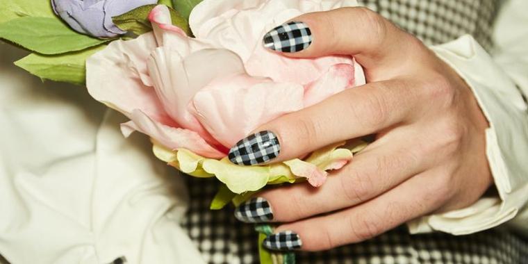 Manicure perfetta, smalto bianco e nero, unghie forma a mandorla
