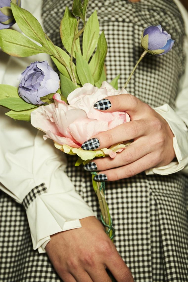 Disegni sulle unghie, manicure bianco e nera, bouquet in mano