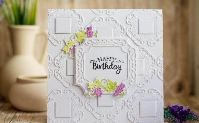 Come scrivere un biglietto di auguri, cartolina bianca, vasi di fiori
