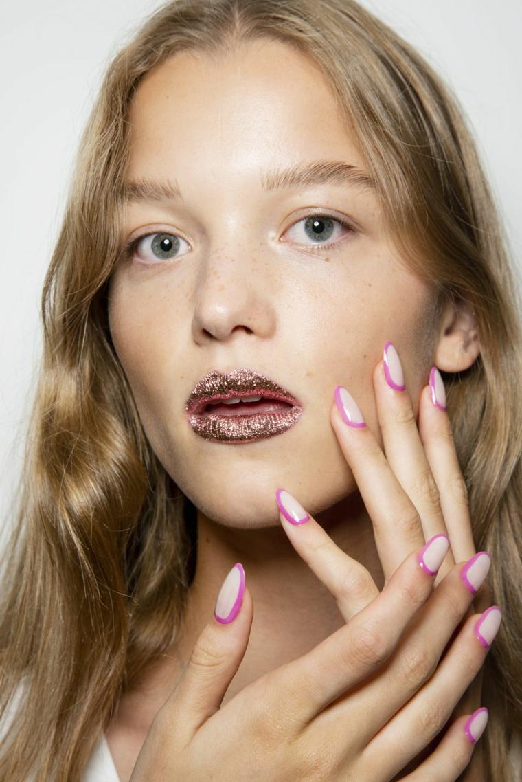 Unghie gel colorate, unghie con bordo viola, base di colore rosa