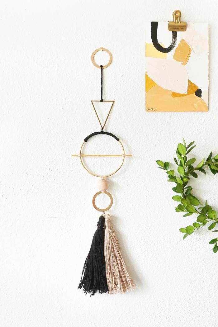 Decorare pareti fai d ate, anelli con figure geometriche, frange di fili colorati