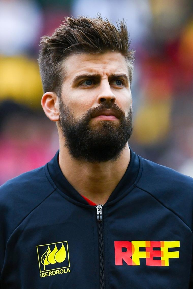 Gerard Pique con barba, capelli corti uomo rasati, calciatore spagnolo