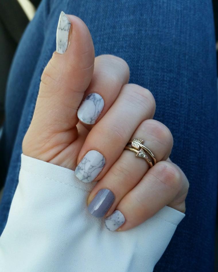 Smalto colore grigio, manicure effetto marmo, unghie chiare