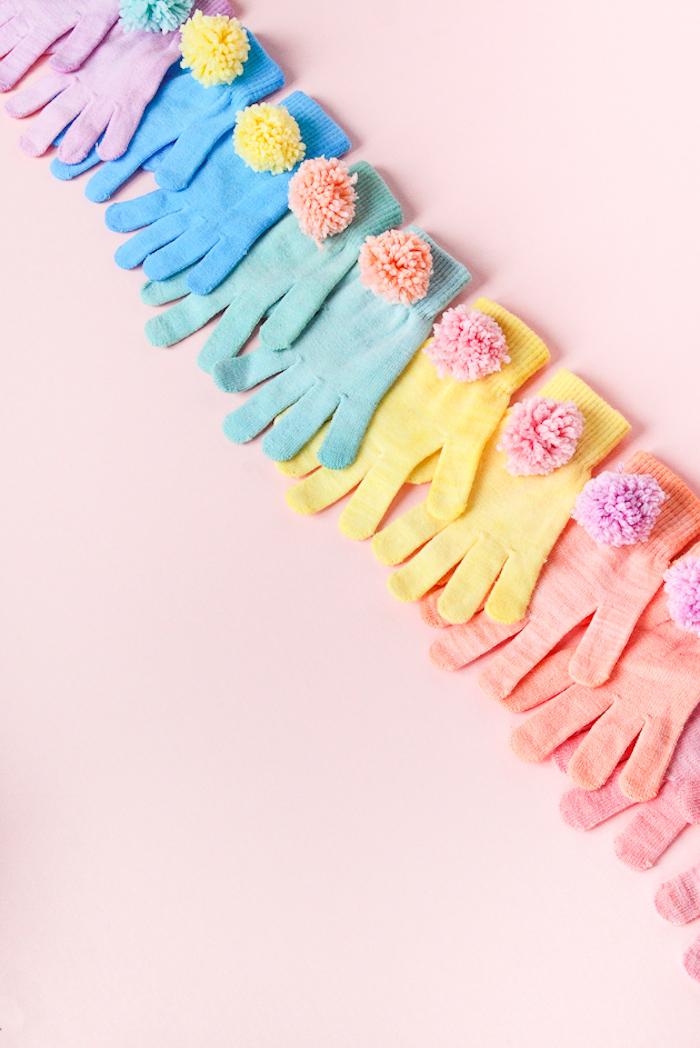 Idee regalo compleanno amica, guanti colorati, guanti con pom pom