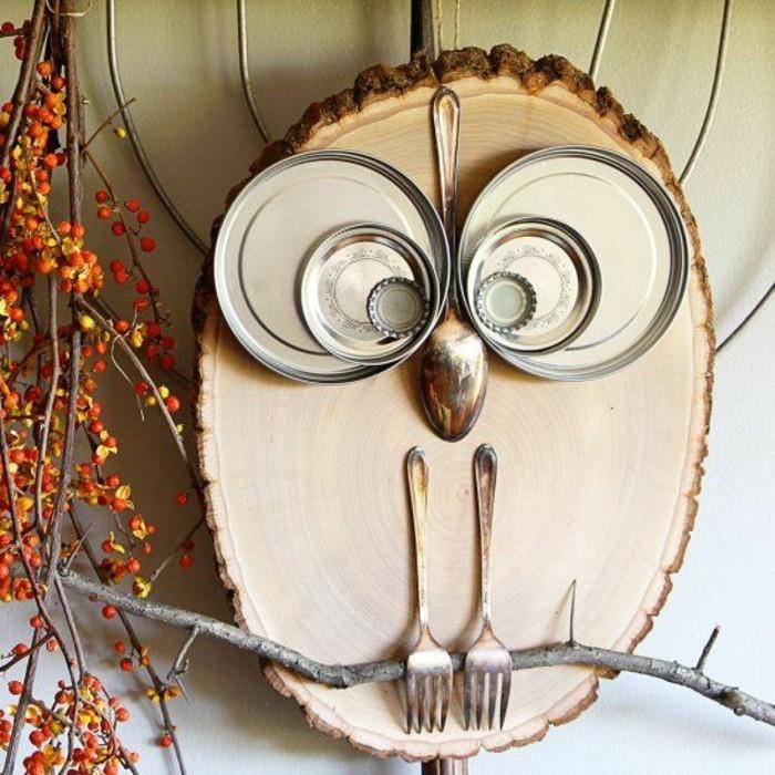 Addobbi autunnali, pezzo di legno gufo, cucchiai e forchette di metallo