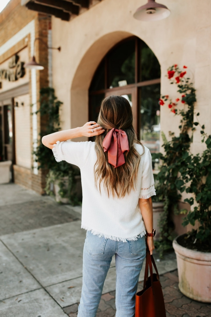 Capelli biondi, pettinature capelli medi, abbigliamento donna casual