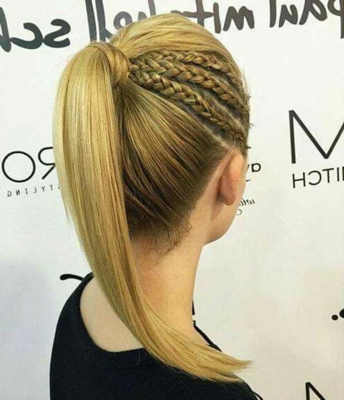 Donna con capelli biondi, coda di cavallo, tre trecce laterali