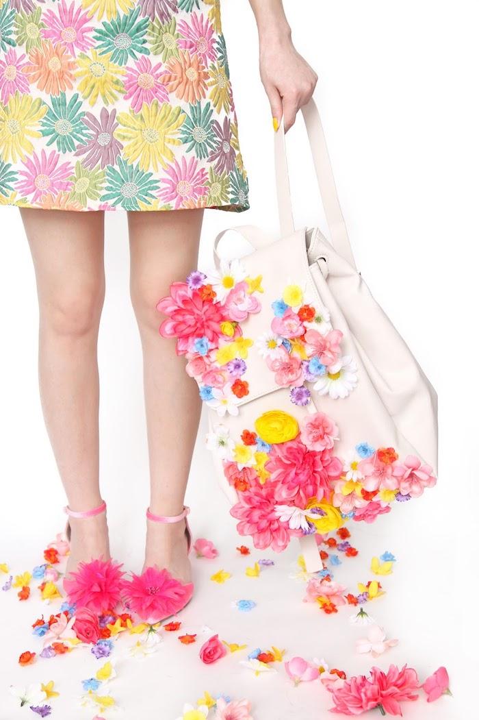 Zaino decorato con fiori, idee regalo fai da te per amica, donna con abito corto