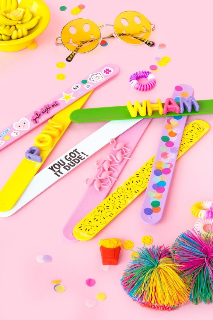 Idee regalo compleanno amica, braccialetto di plastica decorato