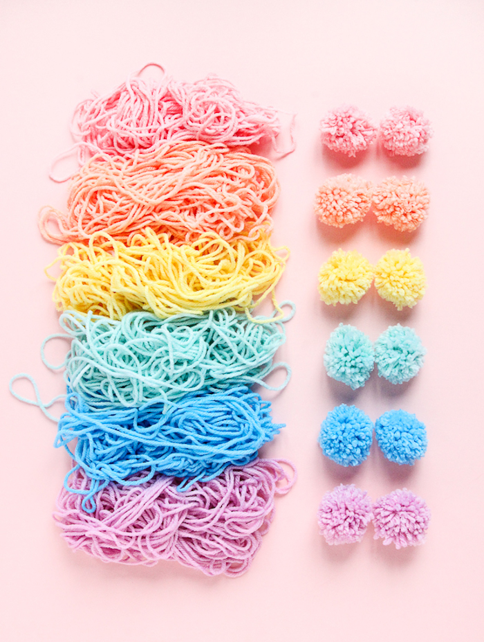 Pom pom colorati, filati di lana colorati, idee regalo anniversario per lui