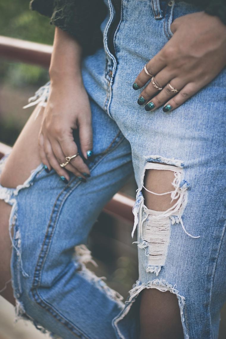 Manicure perfetta, smalto unghie verdi, donna con jeans strappati, anelli sulle dita