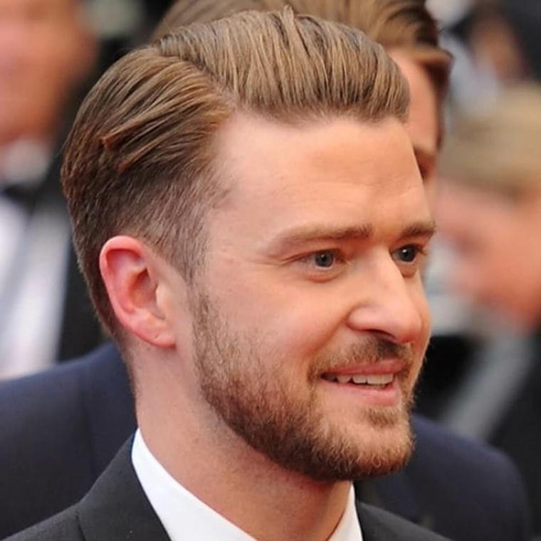 Il cantante Justin Timberlake, uomo con capelli biondi, taglio laterale rasato