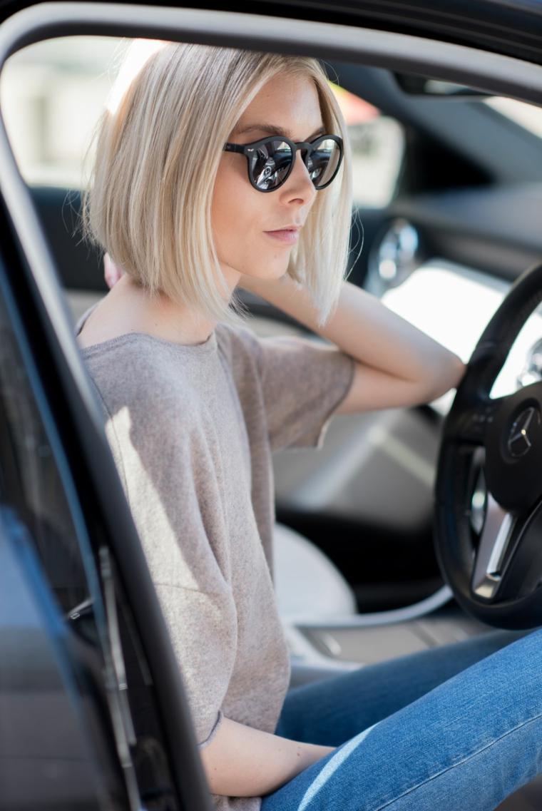 Donna al volante, schiarente capelli, ragazza con capelli biondi, taglio capelli caschetto
