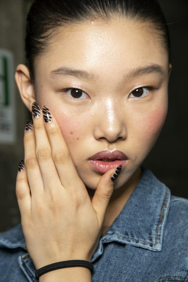 Unghie bellissime, unghie a stiletto, disegno smalto nero ondulato