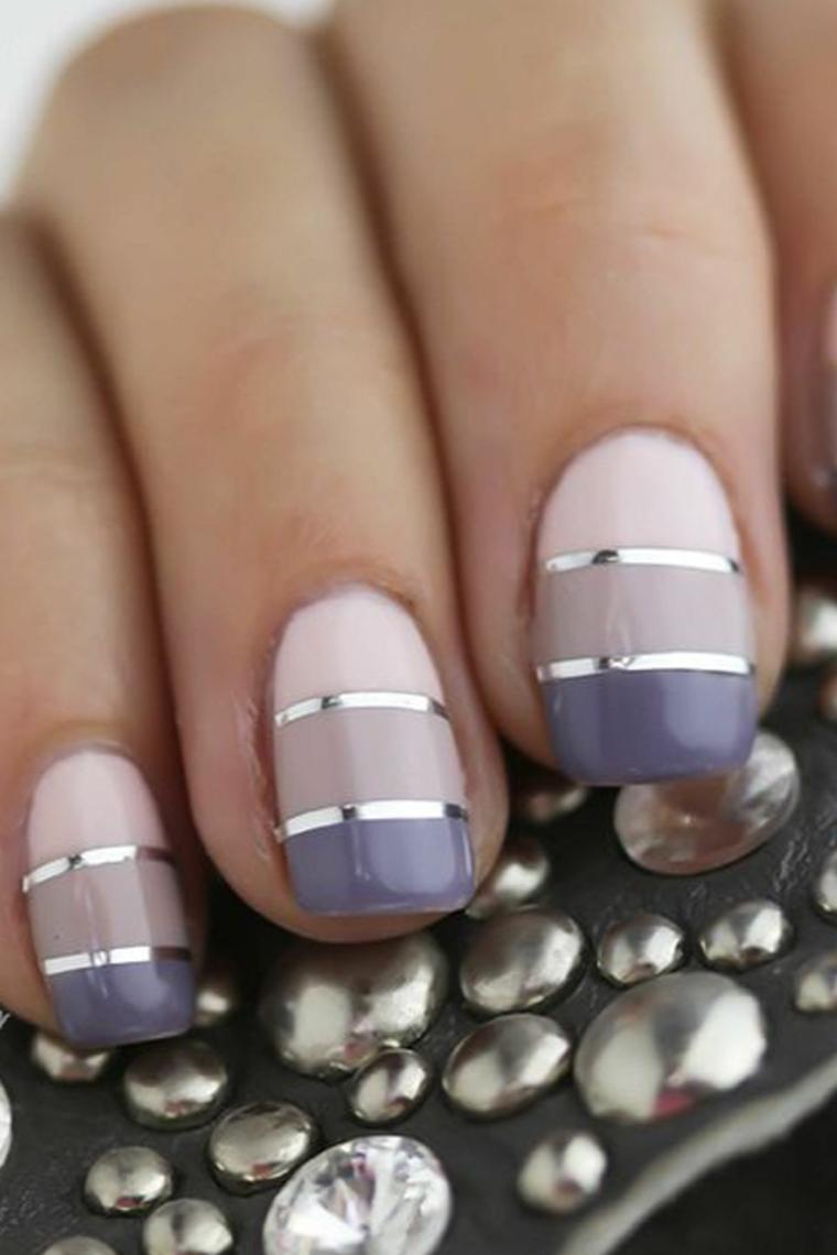 Smalto di colore viola, disegni con linee grigie, colate estive
