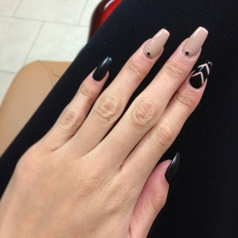 Unghie bicolore, decorazioni unghie con brillantini, smalto di colore nero