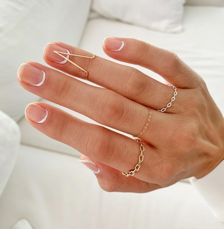 Manicure unghie corte, unghie french inversa, smalto trasparente, anelli a catena