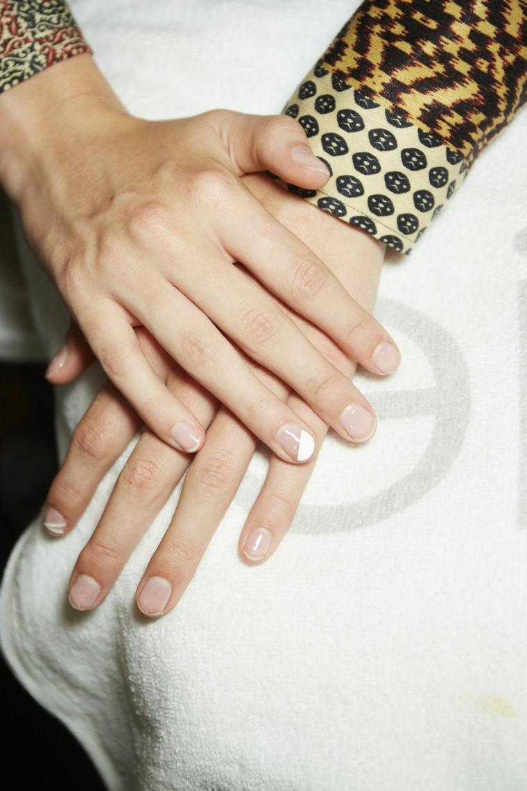 Manicure unghie corte, smalto bianco, base smalto trasparente