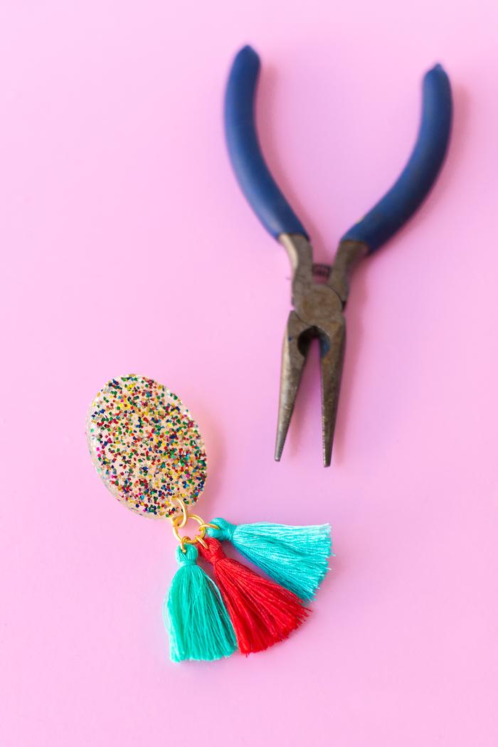 Pinze di metallo e orecchini, orecchini con nappe, regali natale fai da te amiche
