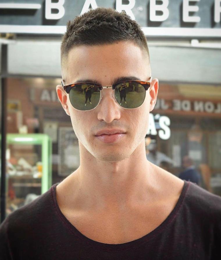 Capigliature uomo, ragazzo con occhiali da sole, taglio rasato lateralmente
