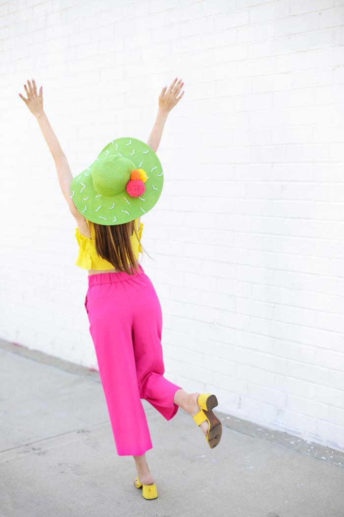 Idee regalo creative, capello verde, pantalone palazzo rosa