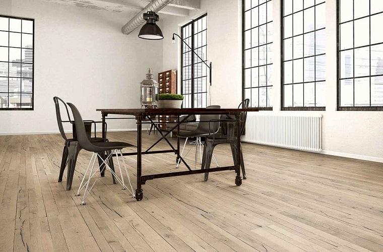 Sala da pranzo, pavimento in pvc, tavolo di metallo con sedie