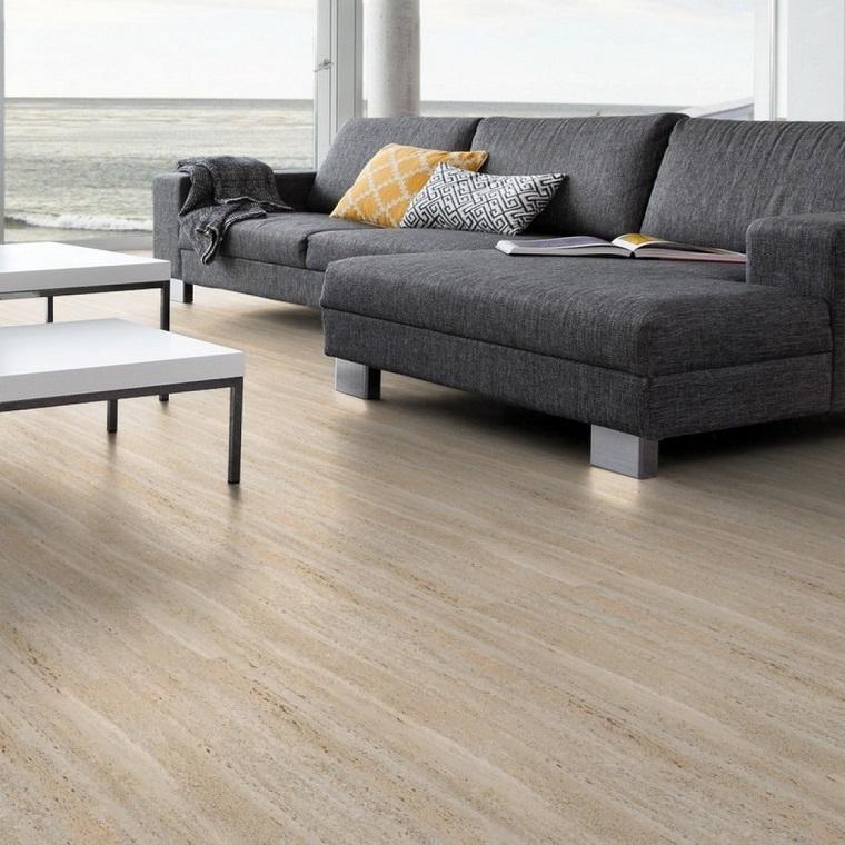 Divano di colore grigio, pavimento in vinile chiaro, soggiorno con vista