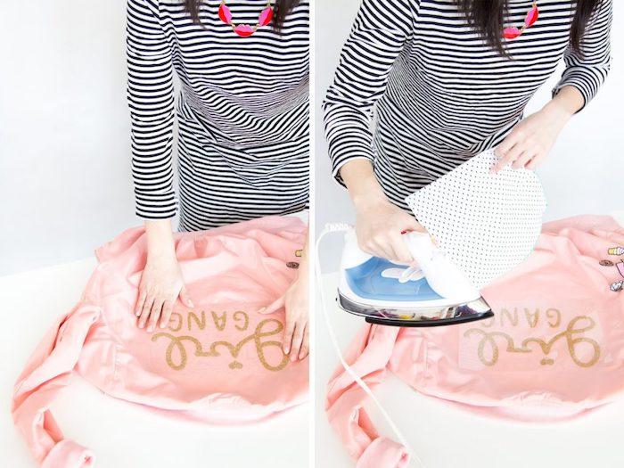 Donna che stira, pensierini carini, giacca bomber rosa, scritta incollata su giacca