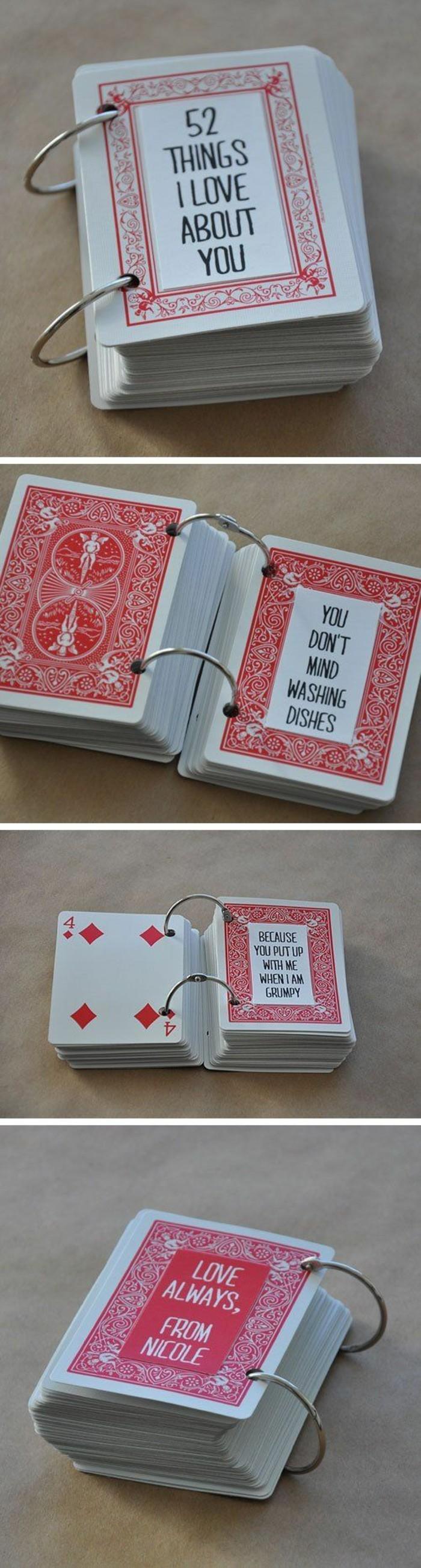 Carte da gioco, carte con scritte e citazioni, anelli di metallo