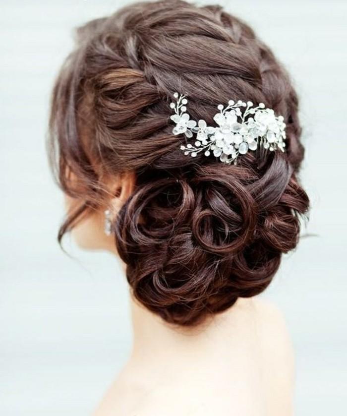 Capelli di colore castano, raccolto con capelli ricci, fermaglio floreale