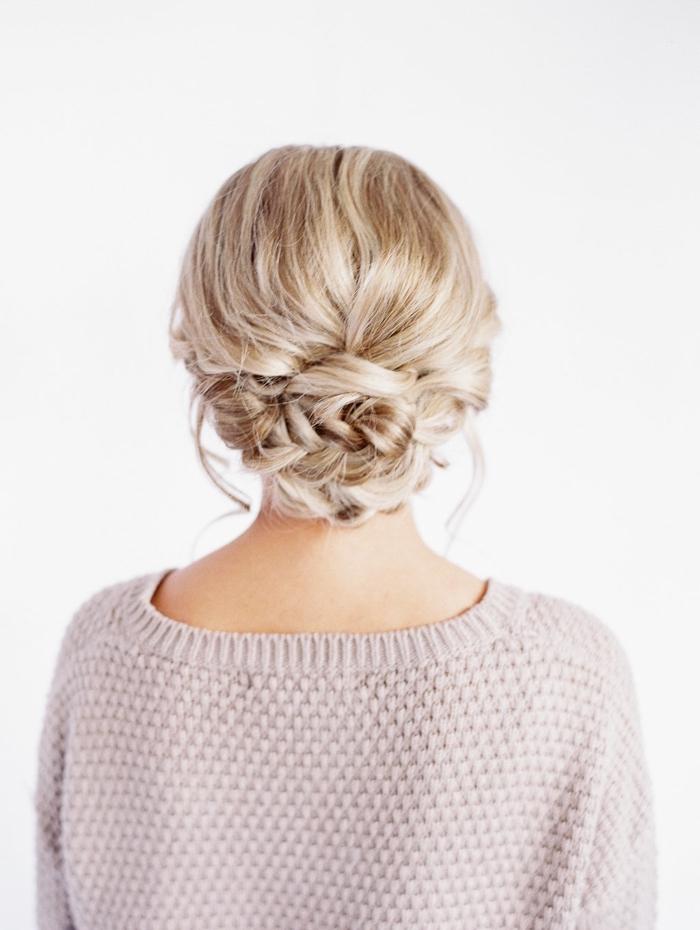 Chignon basso, capelli biondi, acconciature semplici capelli medi
