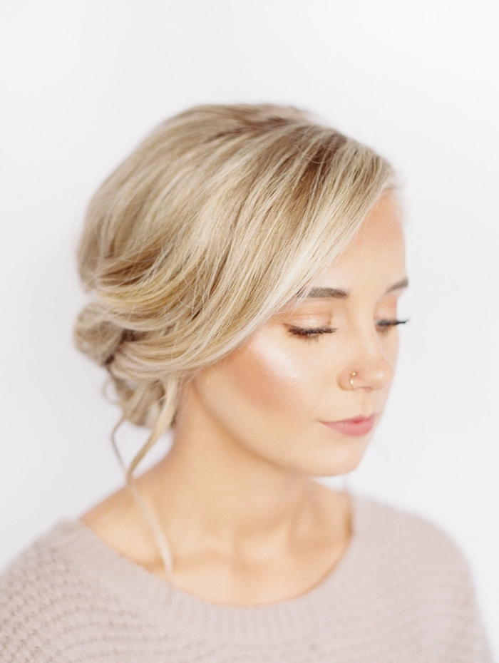 Acconciature semplici capelli lunghi, donna con capelli biondi, capelli legati