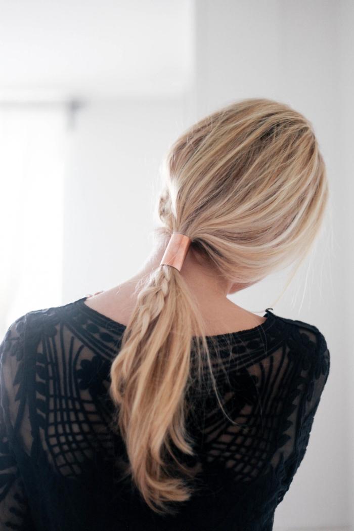Acconciature capelli lungi lisci, coda con treccia, elastico di metallo