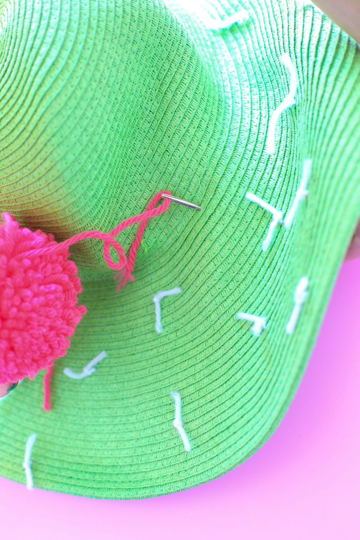 Idee regalo fai da te per amica, cappello verde, cappello con pom pom