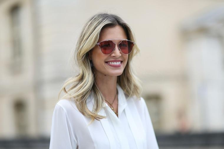 Donna con camicia bianca, schiarire i capelli, capelli lunghi e mossi