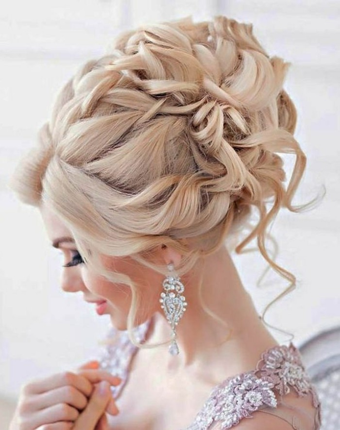 Orecchini pendenti, pettinatura raccolta per capelli biondi