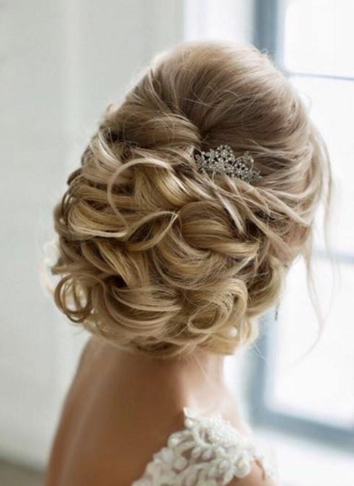 Pettinatura da sposa, capelli biondi, raccolto con capelli ricci