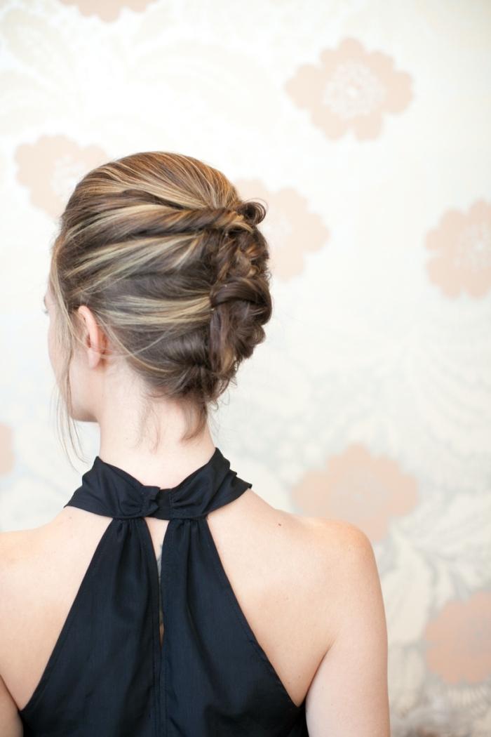 Capelli biondi legati, pettinatura elegante per donna, abito nero